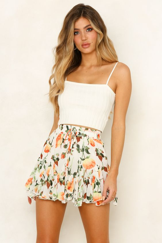 Floral short white skirt. Casual Womens Fashion and Womens Cool Trending Clothes, Dresses. #womensfashion #womensdress #summeroutfit #casualoutfit